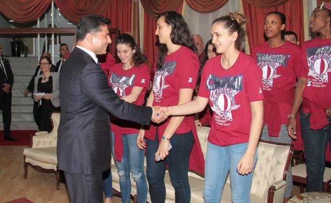 Özgürgün YDÜ Bayan Basketbol Takımı'nı kutladı