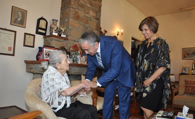 Akıncı ve Eşi Türkan Aziz'i ziyaret etti