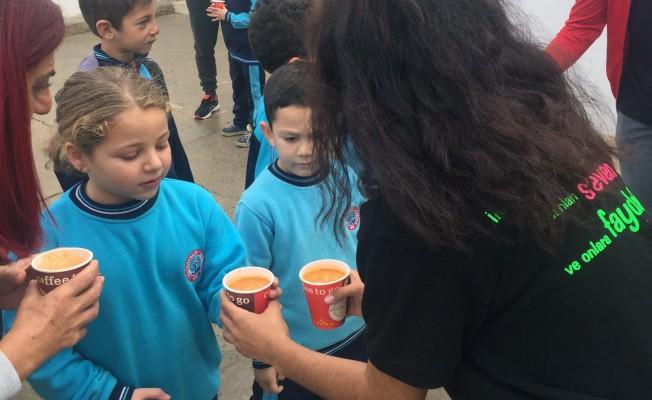 İyilik gönüllüsü öğrencilerden çorba ikramı