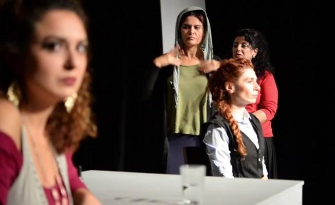 ''Mor'' isimli tiyatro oyunu seyirciyle buluşuyor