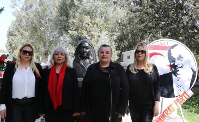 DP'li kadınlar Atatürk Büstlerine çelenk koydu