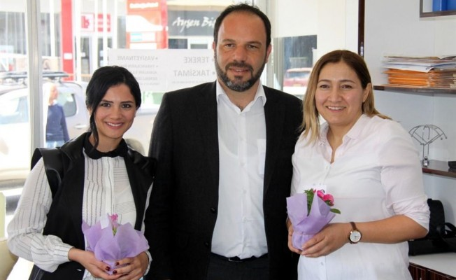 İskele Belediyesi kadınlara çiçek dağıttı