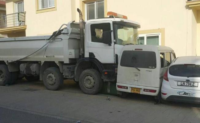 Park halindeki kamyon zincirleme kazaya neden oldu