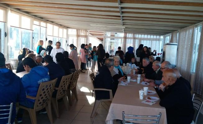 YDP'li kadınlar Huzurevi'ni ziyaret etti...