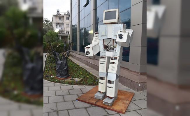 Atık malzemelerden yapılan heykeller sergileniyor