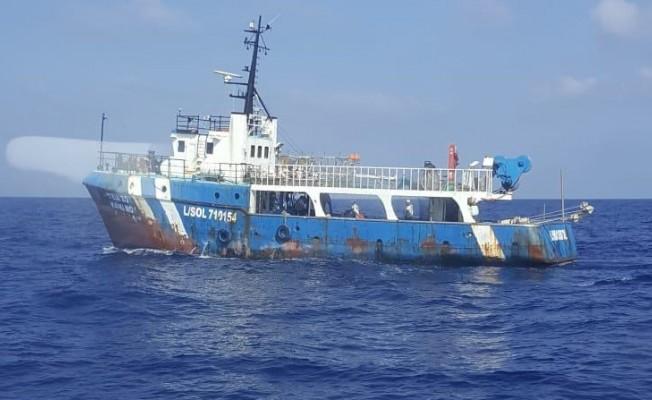 Yunan bandıralı gemi kaçak avlanırken yakalandı