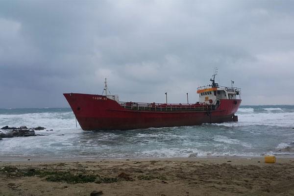 Yük gemisi karaya oturdu...