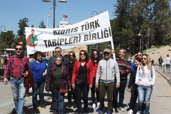 Kıbrıslı Türk hekimler, destek için yürüdü