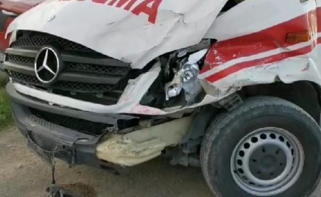 Bu kez ambulans kaza yaptı