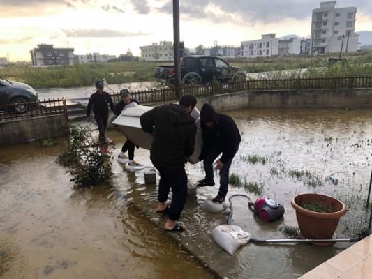 İyilik gönüllüleri Haspolat'taki mağdurlara yardım yaptı