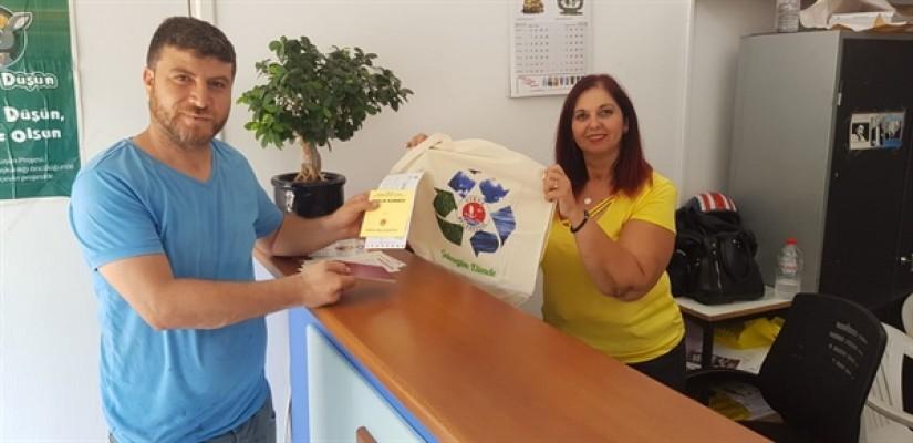 Girne Belediyesi vatandaşlara bez çanta dağıtıyor....