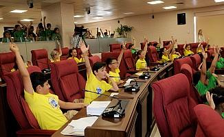 Meclis'in koltuklarında bugün çocuklar vardı...