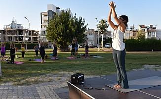 Sokak hayvanları yararına yoga etkinliği