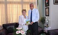 Ayşe Tural kitabını Güngördü'ye takdim etti