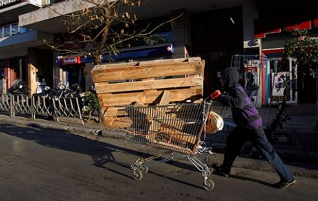Yunanlar ısınmak için parktan ağaç kesiyor