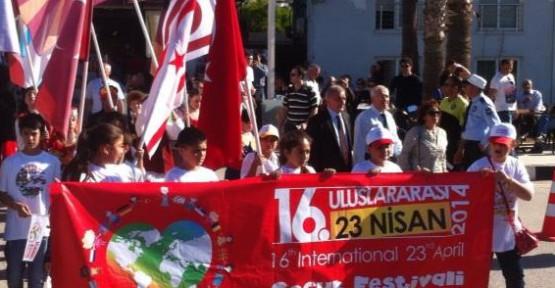 16. ULUSLARARASI ÇOCUK FESTİVALİ'NE KATILAN EKİPLER, GİRNE'DE KORTEJ DÜZENLEDİ