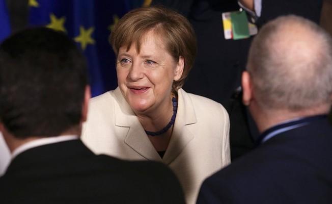 Merkel ilk seçimleri kazandı...