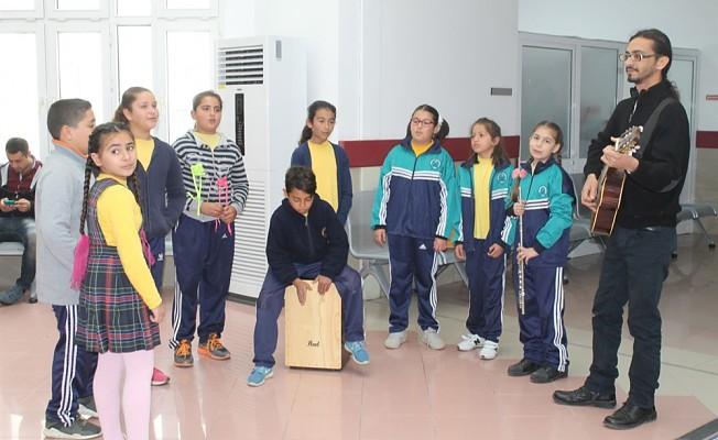 Dörtyol İlkokulu öğrencileri, hastalara mini konser verdi.