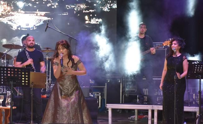 Özipek 'teşekkür' konseri verdi...