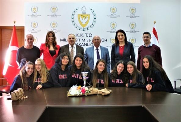 Özyiğit, Güzelyurt Kurtuluş Lisesi Kız Atletizm Takımını kabul etti
