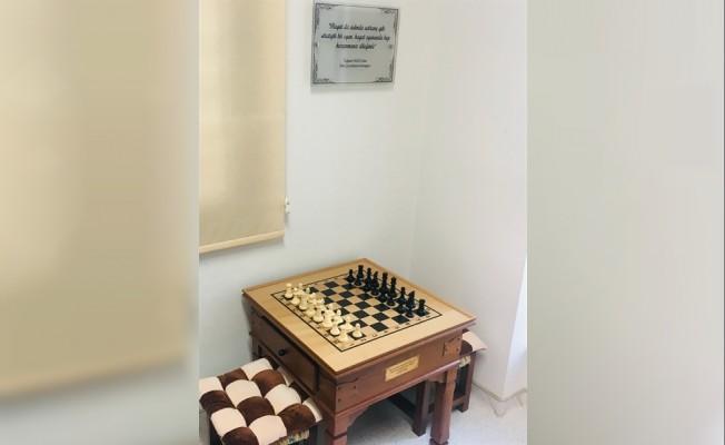 Tuğsan Yazıcı adına satranç köşesi hediye edildi