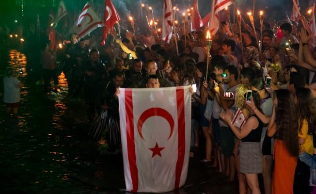 Binlerce meşale özgürlük ve bağımsızlığın şafağı için yandı