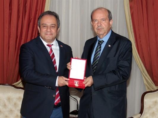 Tatar, Nihat İlhan'ın oğluna madalya verdi