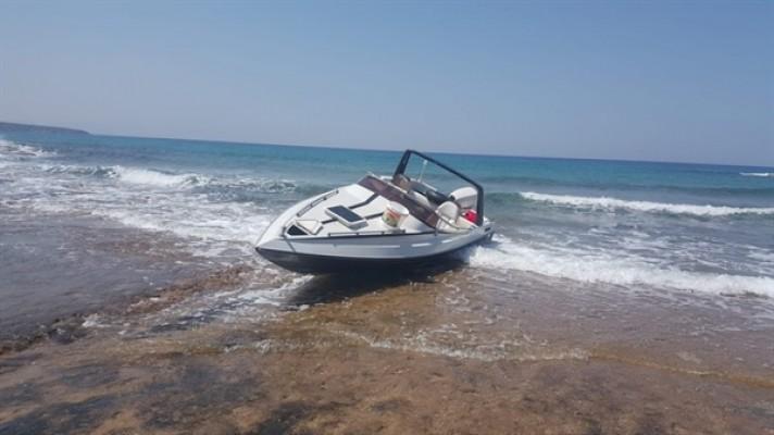 Yeşilköy - Y.Erenköy sahilinde terk edilmiş tekne bulundu...