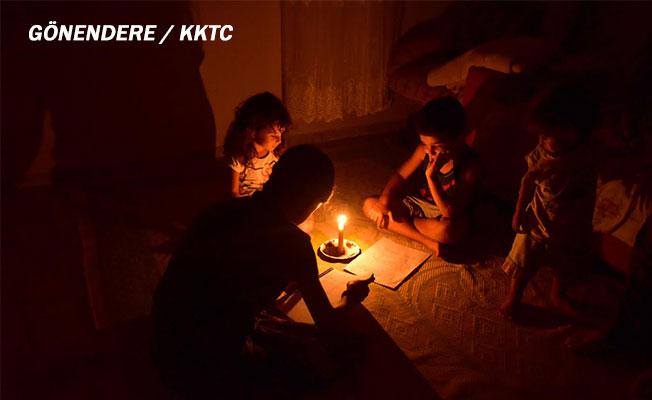 Çocuklar mum ışığında ödev yapıyor…
