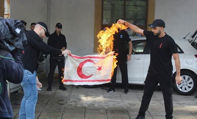 Bayrak yakanların kimliği belirlendi