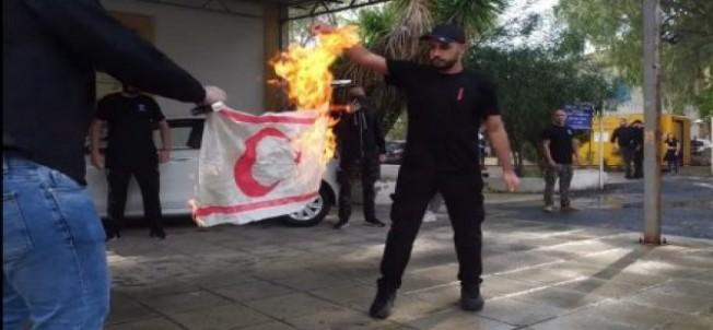 Siyasilerden bayrak yakan Rumlara tepki yağdı...