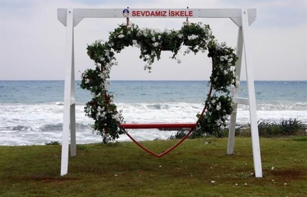 İskele Belediyesi Halk Plajı'na 'Gönül Salıncağı' kuruldu