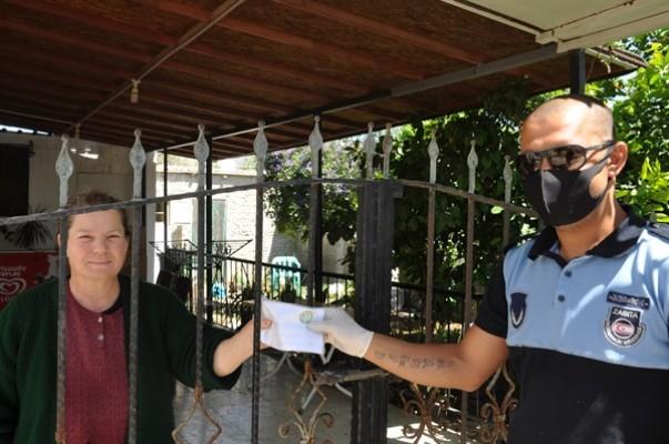 Değirmenlik Belediyesi tüm annelere maske dağıttı