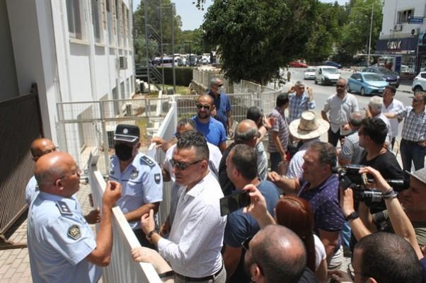 Eylemcilerden bir grup hükümet yetkilileriyle görüşüyor
