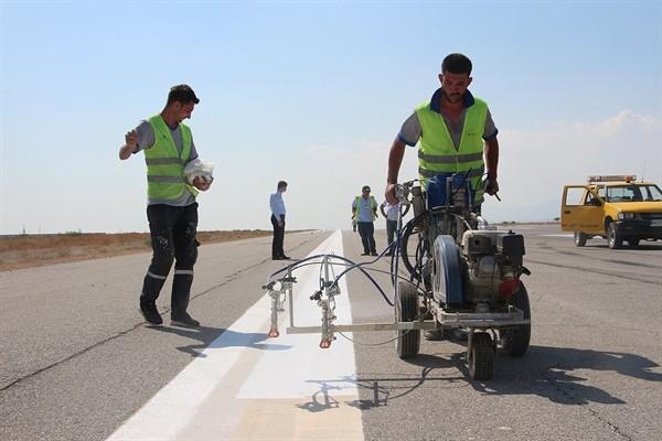 Ercan Havalimanı'nın pisti boyanıyor