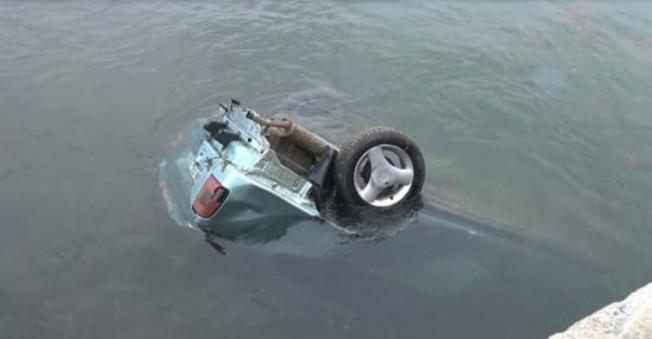 Yoldan çıkıp denize uçtu!