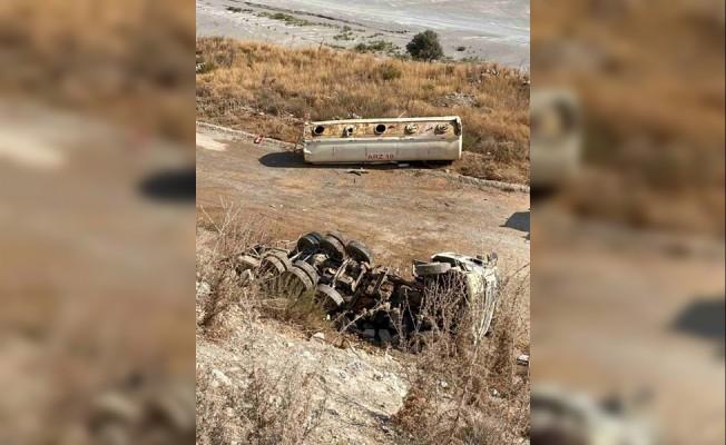 Devrilen tankerin sürücüsü ağır yaralandı