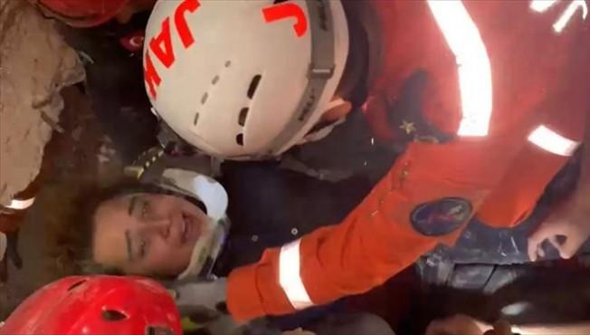 9,5 saat sonra Buse enkazdan kurtarıldı