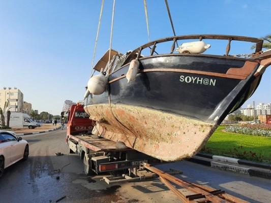 Gazimağusa'da taşınan tekne yola devrildi…