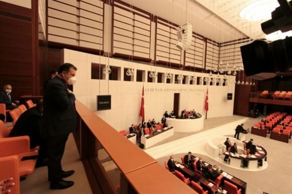 Başbakan Saner, locadan milletvekillerini selamladı