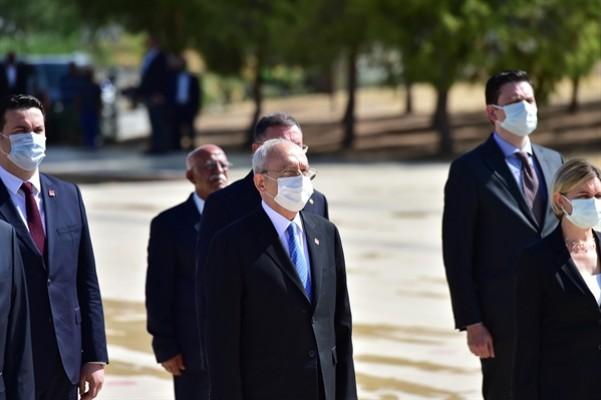 Kılıçdaroğlu, Dr. Küçük ve Denktaş'ın anıt mezarlarına çelenk koydu