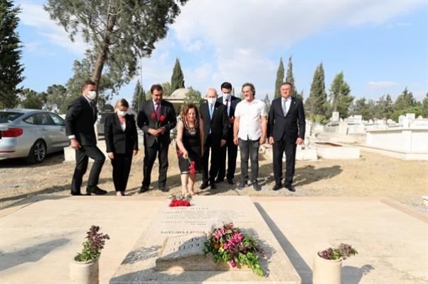 Kılıçdaroğlu, Kutlu Adalı'nın kabrini ziyaret etti