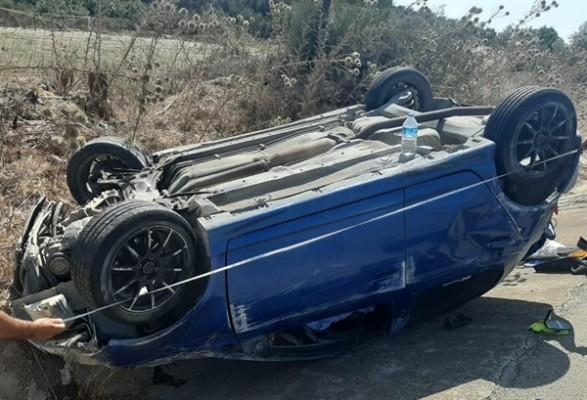 Takla atan araçtaki iki genç yaralandı
