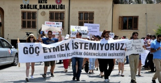 ECZACILIK ÖĞRENCİLERİ YENİ TÜZÜĞÜ PROTESTO ETTİ