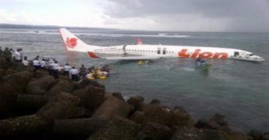 Endonezya'da bir uçak denize düştü