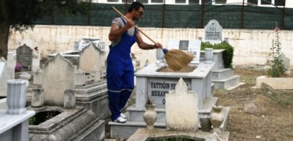 Lefkoşa'daki tüm mezarlıklar temizleniyor