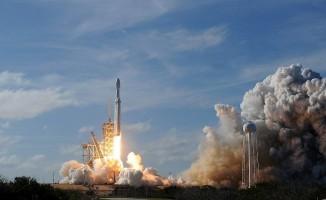 SpaceX, dünyanın en güçlü roketi Falcon Heavy'i uzaya fırlattı.