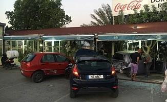 Demirhan'da korkutan kaza! Araçlar restorana girdi!