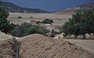 Altınova ile Ağıllar Köyü'ne su boruları döşenmeye devam ediyor....