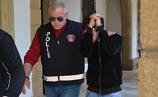 Sokağa çıkma yasağını ihlal edip uyuşturucuyla yakalandı